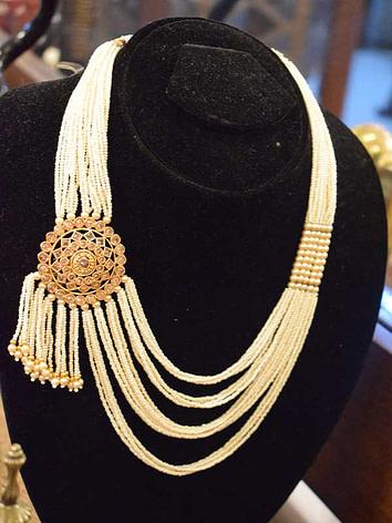 Single-brooch-maala(gold-plated)-with-indian-pearls
